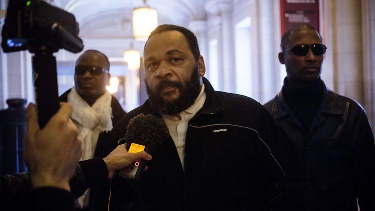 Dieudonné, lors de son arrivée au tribunal de grande instance de Paris, le 17 mai 2016. (MAXPPP)