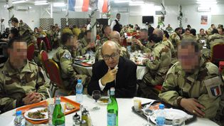 Le ministre de la Défense réveillonne le 31 décembre 2016 au soir avec les soldats français déployés en Jordanie. (VALERIE LEROUX / AFP)