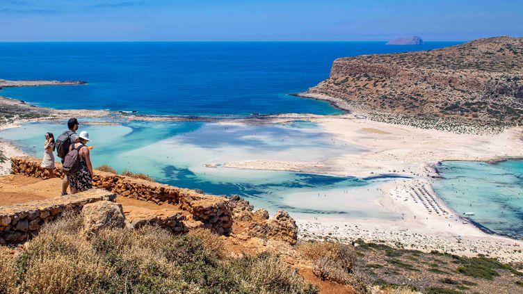 Des touristes apprécient la vue sur la plage de Balos, en Crète (Grèce), le 13 juin 2021. (NICOLAS ECONOMOU / NURPHOTO / AFP)