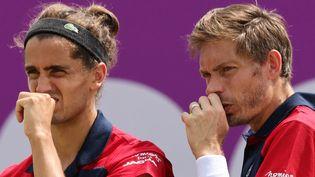 Pierre-Hugues Herbert et Nicolas Mahut lors du tournoi du Queens, le 16 juin 2021 (ADRIAN DENNIS / AFP)