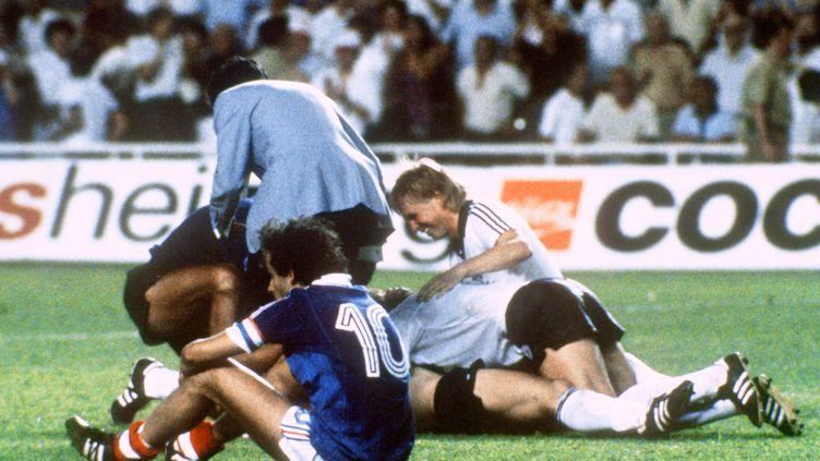 Michel Platini, dépité après la défaite de l'équipe de France contre la RFA aux tirs au but, en demi-finale de la Coupe du monde, le 8 juillet 1982 à Séville (Espagne). ( AFP )