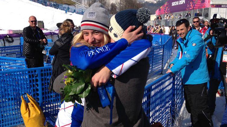 La snowboardeuse Chloé Trespeuch dans les bras de son frère Léo