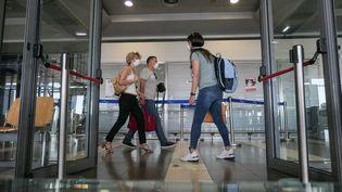 Des touristes dans l'aéroport deThessalonique (Grèce), le 25 janvier 2021. (NICOLAS ECONOMOU / NURPHOTO / AFP)