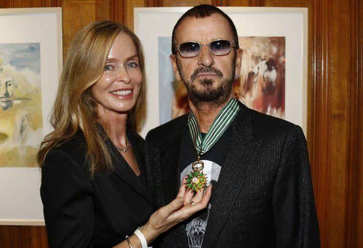 """L'épouse de Ringo Starr, Barbara Bach, montre fièrement la médaille de """"Commandeur des arts et des lettres"""" remise à son mari le 24 septembre 2013 à Monaco.  (VALERY HACHE / AFP)"""