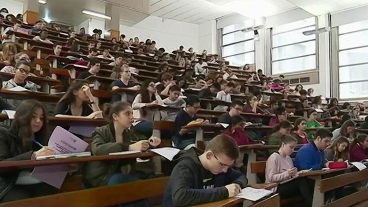 Cette année, les étudiants espèrent bientôt pourvoir retrouver les amphithéâtres. Leur budget sera encore plus lourd. En moyenne, leurs frais vont augmenter de plus de 3% avec une nouvelle dépense : le budget masques qui s'élève à plus de 30 euros par mois. (France 2)