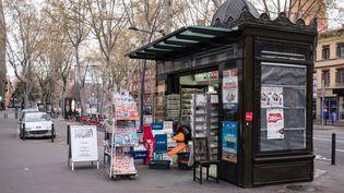 Un kiosque à journaux, à Toulouse (Haute-Garonne), le 30 mars 2020. (JULIE IMBERT / HANS LUCAS / AFP)