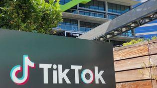 Devant les locaux de TikTok à Culver City, en Californie (Etats-Unis). (CHRIS DELMAS / AFP)