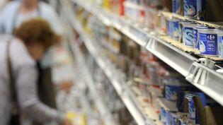 Des clients font leurs achats dans les rayons d'un d'hypermarché, le 25 août 2010. (Photo d'illustration) (PHILIPPE DESMAZES / AFP)