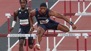 Aurel Manga, vainqueur de sa série du 110 mètres haies lors des Jeux olympiques de Tokyo, le 3 août 2021. (GIUSEPPE CACACE / AFP)