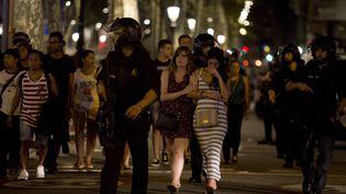 Des policiers évacuent La Rambla après l'attentat survenu à Barcelone (Catalogne, Espagne), le 17 août 2017. (ALBERT LLOP / ANADOLU AGENCY)