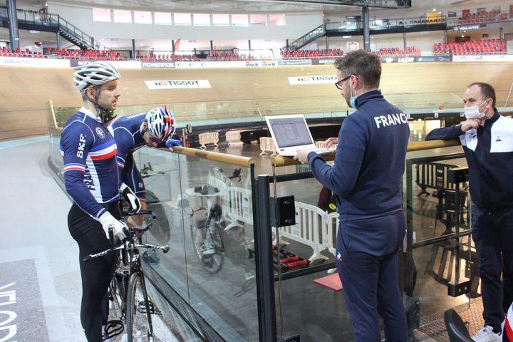 Raphaël Beaugillet et François Pervis échangent avec Mathieu Jeanne, l'entraîneur national de l'équipe de France et Christian Février (à d.) le DTN de la FFH, sur leur performance du jour.