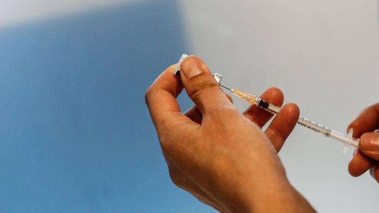 Un soignant tient une seringue contenant le vaccinPfizer-BioNTech à l'hôpital de l'Hôtel-Dieu à Paris le 2 janvier 2021. (SAMEER AL-DOUMY / AFP)