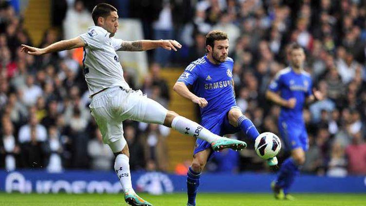 Clint Dempsey (Tottenham) fait barrage à Juan Mata (Chelsea)