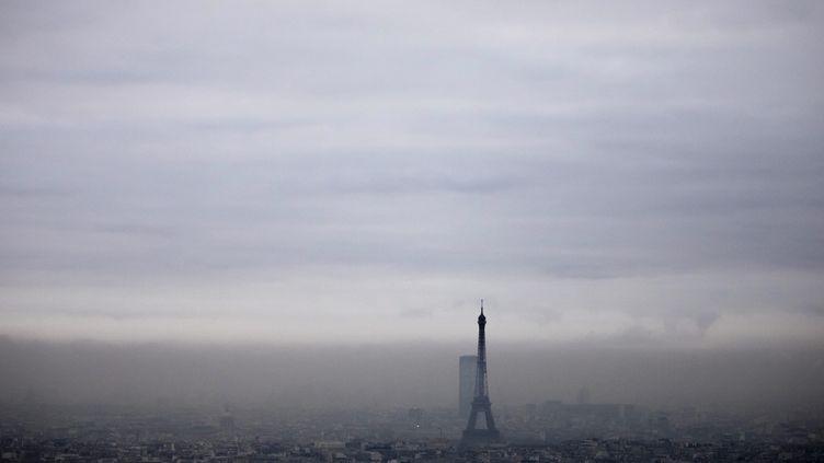 Un brouillard de pollution atmosphérique au-dessus de Paris. (VINCENT ISORE / MAXPPP)