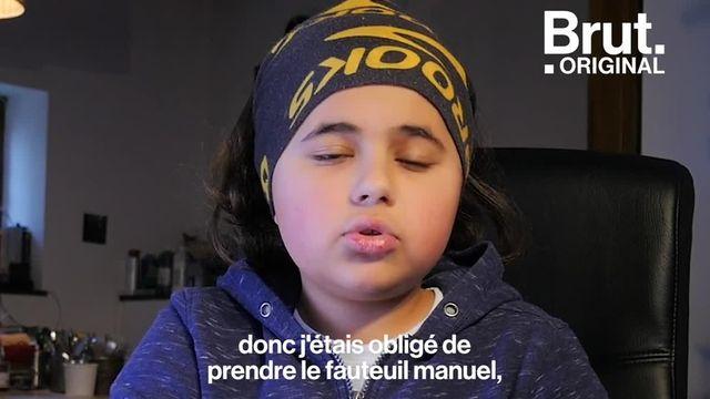 À 12 ans, Apollo est atteint d'une maladie génétique rare qui empêche ses muscles de se développer. Se déplacer en fauteuil dans le collège, écrire, porter son sac, rien de tout cela n'est facile. Brut l'a rencontré.