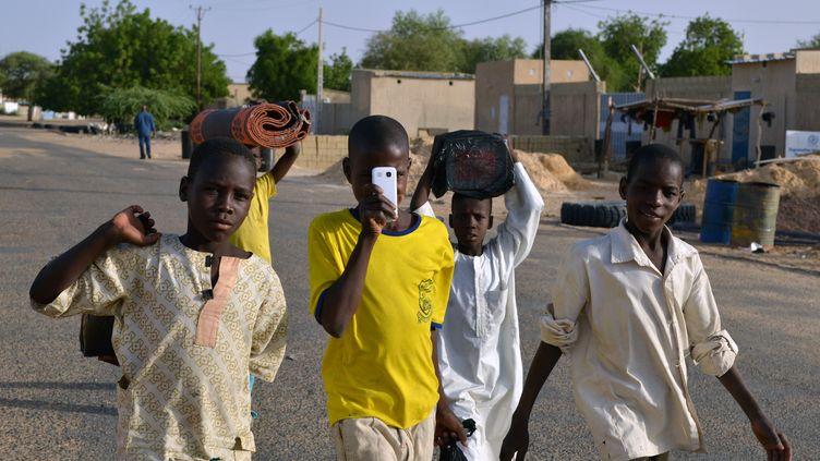 Des jeunes nigerians réfugiés au Niger, dans la ville de Diffa, le 22 mai 2015. (ISSOUF SANOGO / AFP)