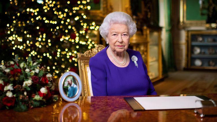 La reine Elizabeth II lors de l'enregistrement de son allocution de Noël, le 24 décembre 2020. (VICTORIA JONES / REUTERS)