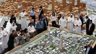 Pour l'instant, le financement n'a pas été bouclé. Seule la première phase a été financée (à hauteur de 6 milliards d'euros), a reconnu la Dubaï Holding, la structure financière gouvernementale gérant les investissements de l'émirat. Aucun calendrier n'a été communiqué alors que d'autres projets immobiliers ont été annulés. Car de 2009 à 2012, Dubaï a subi une forte crise immobilière qui afait chuter la valeur du secteur de moitié. La cité-Etat pâtit de la chute des prix du pétrole, même si elle est moins dépendante que nombre de ses voisins. Elle est de plus criblée de dettes, à hauteur de 140% de son PIB. Selon un article du «Financial Times» traduit par «Courrier International», les voitures abandonnées pullulent sur le parking de l'aéroport de Dubaï. En cause: les faillites qui poussent les entrepreneurs à fuir. Car les dépôts de bilan sont considérés comme des délits et passibles de peines de prison. Les entrepreneurs prennent alors le premier avion, laissant ce qui leur reste derrière eux. (Kamran Jebreili / AP / SIPA - Septembre 2016)