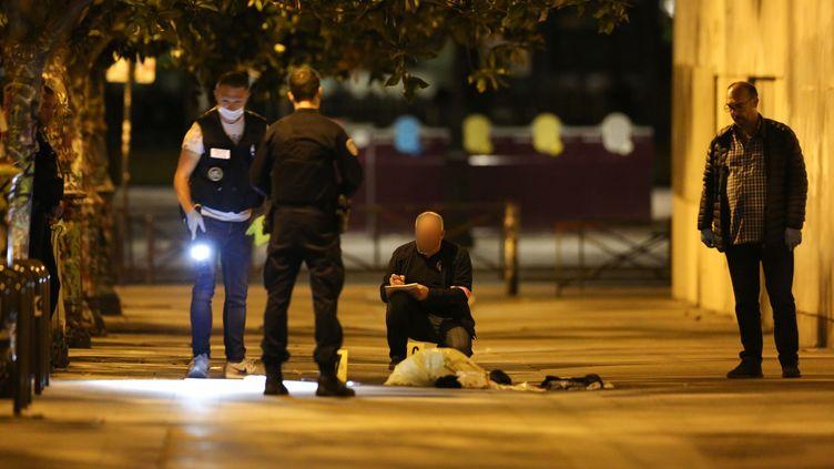 Des policiersdans le 19e arrondissement après l'attaque au couteau, le 9 septembre 2018. (ZAKARIA ABDELKAFI / AFP)