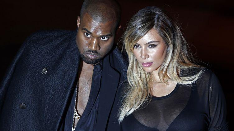 Le rappeur Kanye West et sa compagne Kim Kardashian lors de leur arrivée au défilé Givenchy à Paris, le 29 septembre 2013. ( CHARLES PLATIAU / REUTERS)