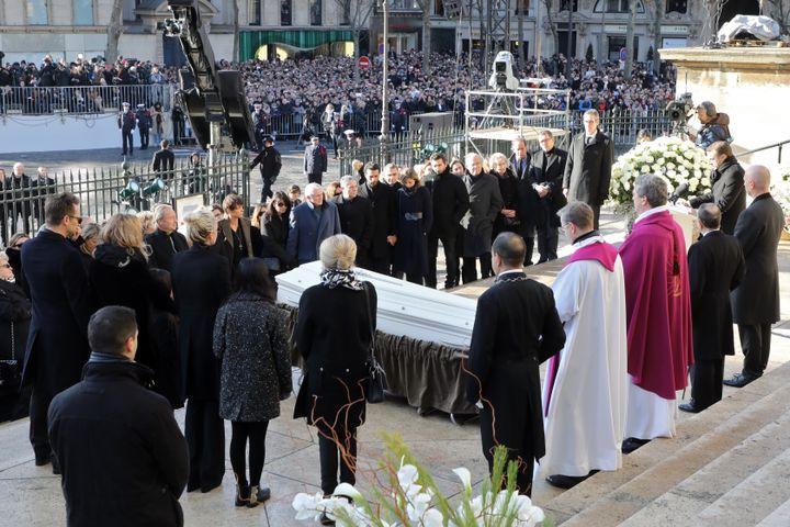 Le père Bruno Horaist lors des obsèques de Johnny Hallyday, sur le parvis de l'église de la Madeleine, à Paris, le 9 décembre 2017. (LUDOVIC MARIN / AFP)