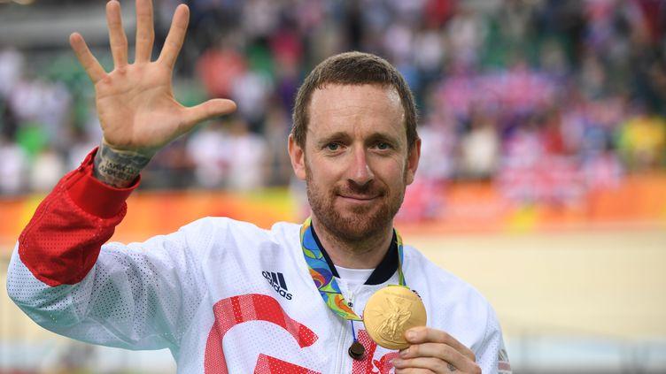 Bradley Wiggins avec sa médaille d'or sur le podium olympique  (ERIC FEFERBERG / AFP)