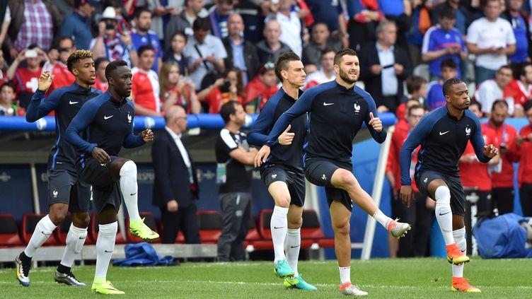 Les joueurs de l'équipe de France s'entraînent sur la pelouse du stade Pierre Mauroy, à Lille, avant leur match contre la Suisse, le 19 juin 2016. (PHILIPPE HUGUEN / AFP)