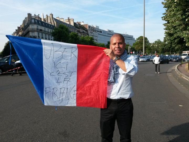 """Un chauffeur de taxi accuse la firme américaine Uber de """"marcher sur le système français"""" et de ne pas payer d'impôts, le 25 juin 2015 à Paris. (JEROMINE SANTO-GAMMAIRE / FRANCETV INFO)"""