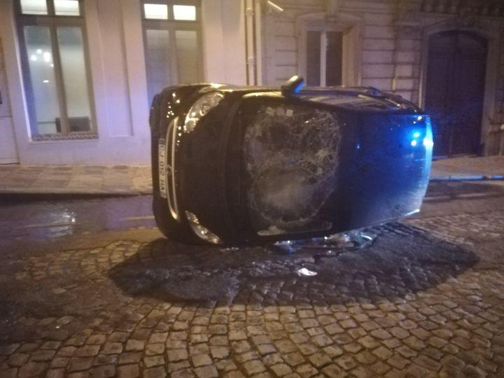 Une voiture renversée rue Bassano dans le 8e arrondissement de Paris à la suite de la défaite du PSG en finale de Ligue des champions, le 23 août 2020. (PAUL SERTILLANGES / RADIOFRANCE)