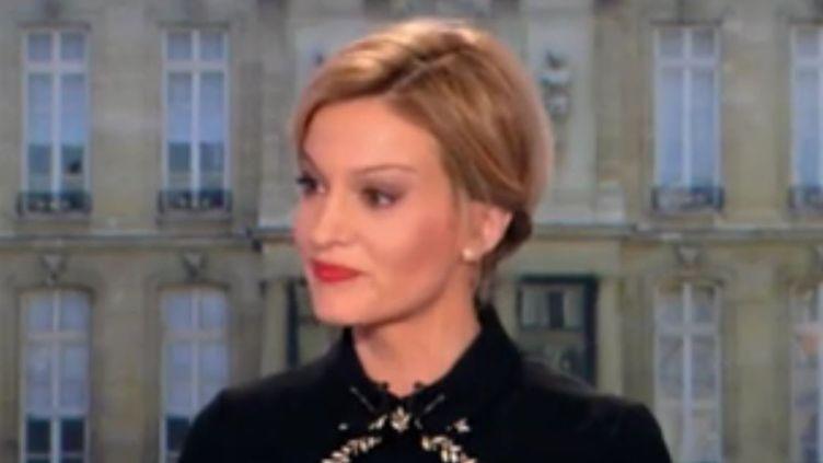 La journalisteAudrey Crespo-Marainterroge Nicolas Dupont-Aignan lors du JT de 20 heures de TF1, samedi 18 mars 2017. (TF1)