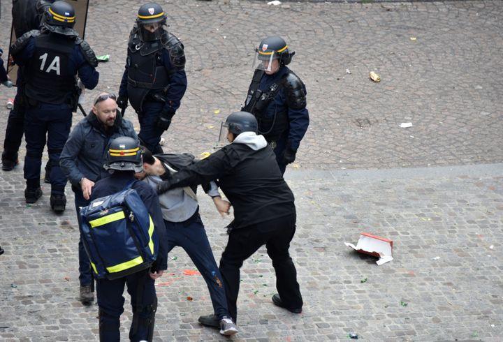 Vincent Crase, aux côtés d'Alexandre Benalla, le 1er mai 2018, place de la Contrescarpe, à Paris. (NAGUIB-MICHEL SIDHOM / AFP)