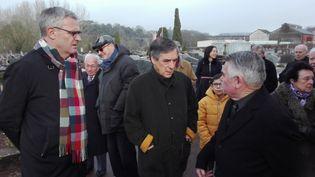 François Fillon, avec des habitants de Sablé-sur-Sarthe (RUDDY GUILMIN / FRANCE-BLEU MAINE)