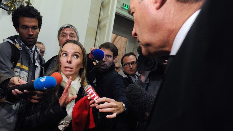 Rennes (Ille-et-Vilaine), le 6 novembre 2013 - Nadine Hourmant, déléguée syndicale FO chez le volailler Doux et le préfet de la région Bretagne Patrick Strzoda (JEAN-SEBASTIEN EVRARD / AFP)