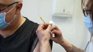 Un homme se fait vacciner avec un vaccin AstraZeneca, à Lyon, le 25 février 2021. (RICHARD MOUILLAUD / MAXPPP)