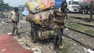 Un chiffonnier nigérian transporte des vêtements dans une charrette à Badiya, à Lagos, le 22 janvier 2019. Le paysdétient le triste record du plus grand nombre de personnes vivant dans l'extrême pauvreté, selon World Poverty Clock. (PIUS UTOMI EKPEI / AFP)