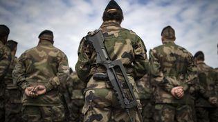 Des soldats de l'opération Sentinelle, le 25 juillet 2016, au fort de Vincennes, àParis, lors d'une visite de François Hollande et du ministre de la Défense, Jean-Yves Le Drian. (IAN LANGSDON / AFP)