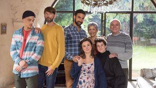 Les acteurs Bryan Trésor, Jean-Christophe Bouvet, Joakim Latzko, Laurent Kerusore, Nicole Dogue dans la série Plus belle la vie. (Fabien MALOT / TELFRANCE / FTV)
