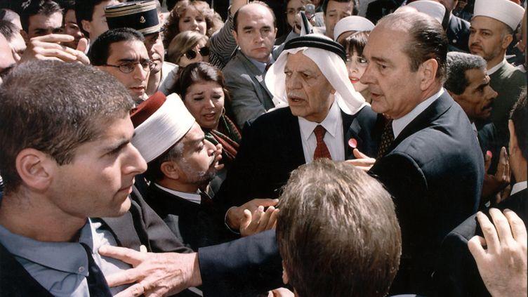 Le président de la République Jacques Chirac pousse un garde israélien alors qu'il proteste contre l'imposant dispositif de sécurité qui l'entoure, le 22 octobre 1996, lors de sa visite dans la vieille ville de Jérusalem. (JIM HOLLANDER / AFP)