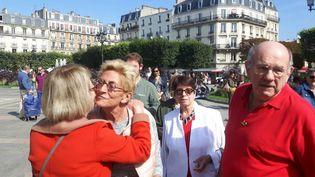 Isabelle Balkany entourée d'habitants de Levallois-Perret sur la place de la mairie le 14 septembre 2019 (JEROME JADOT / FRANCEINFO / RADIO FRANCE)