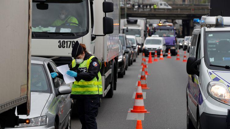 La police contrôle les attestations obligatoires de tous les véhicules sur le périphérique parisien, le 3 avril2020. (GEOFFROY VAN DER HASSELT / AFP)