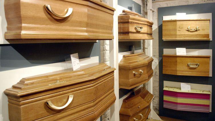 Dans un magasin parisien proposant différents modèles de cercueils. (STEPHANE DE SAKUTIN / AFP)