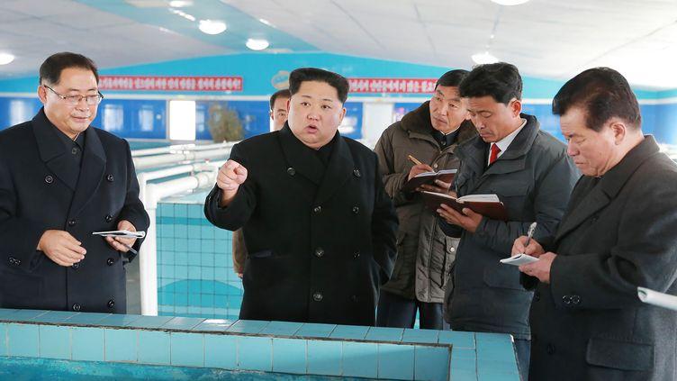 Le leader nord-coréen Kim Jong-un dans une usine, sur une photo diffusée par l'agence de propagande nord-coréenne KCNA, le 28 novembre 2017. (AFP)