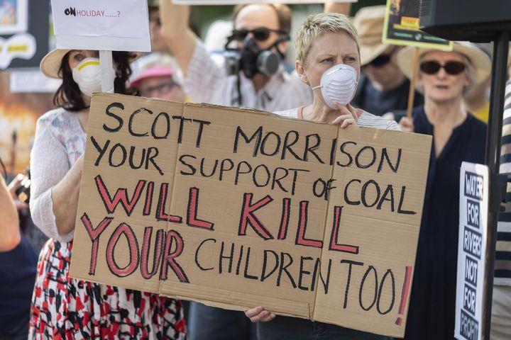 Des manifestants dans les rues de Sydney le 19 décembre 2019, en colère contre la décision du Premier ministre Scott Morrison de partir en vacances à Hawaï. (WENDELL TEODORO / AFP)
