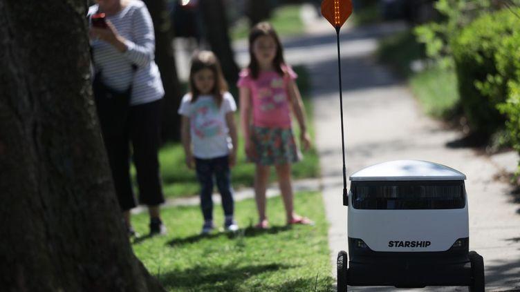 Un des robots livreurs développés par la sociétéStarship Technologies, à Washington, le 8 avril 2020. (ALEX WONG / GETTY IMAGES NORTH AMERICA)