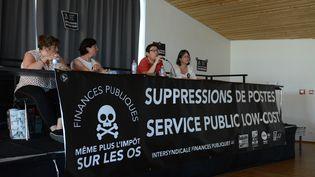 Un débat sur l'avenir des services publics organisé par les syndicats des finances publiques CGT, CFDT, FO et Solidaires, le 26 juin 2019 àAncenis-Saint-Géréon (Loire-Atlantique). (RONAN HOUSSIN / HANS LUCAS / AFP)