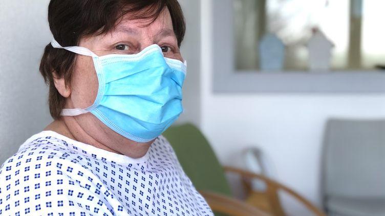 Madeleine Mattia, 68 ans a réchappé du Covid-19. Hospitalisée en Alsace, elle s'est réveillée à Verdun où elle avait été transférée. (MATTHIEU MONDOLONI / OLIVIA BRANGER / RADIO FRANCE)