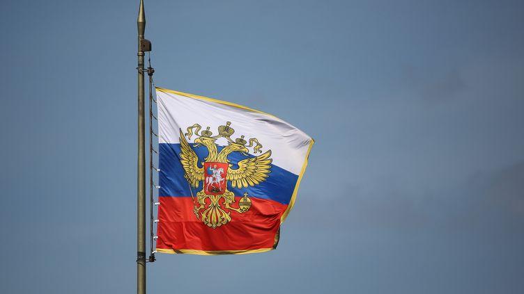 Les armoiries de la Russie avec les deux têtes couronnées de l'aigle sur le drapeau national flottant sur le toit du Kremlin à Moscou. (BLOOMBERG CREATIVE / GETTY IMAGES)