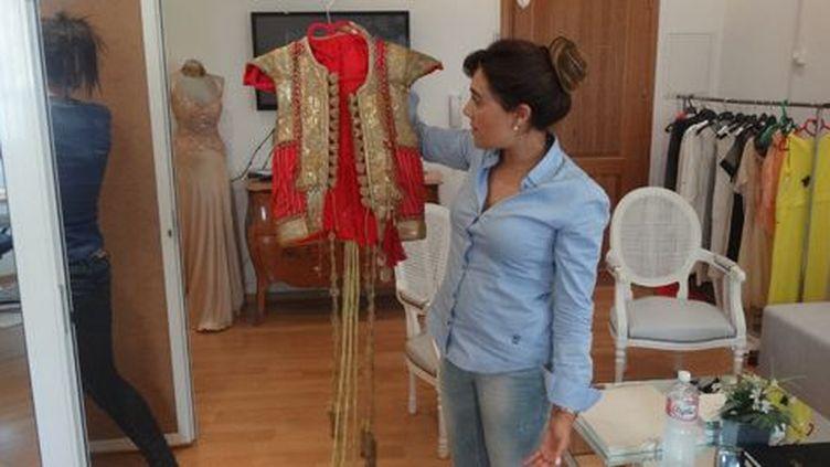 Mouna Ben Braham en plein travail dans son atelier à Tunis le 23 juin 2015. Elle montre ici un gilet rouge. Lequel reprend un modèle que possédait sa grand-mère. (FTV)