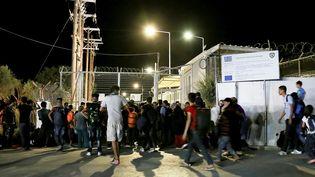Des réfugiés et migrants devant les portes closes du camp de Moria, sur l'île grecque de Lesbos, lundi 19 septembre 2016. (INTIME INTIME / REUTERS)
