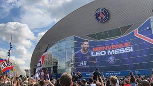 Des milliers de personnes attendaient l'arrivée de Lionel Messi devant le Parc des Princes, le 11 août 2021. (ADRIEN HEMARD)